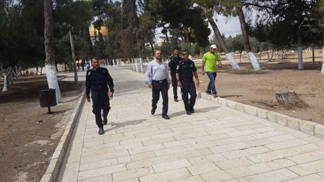 الشرطة الإسرائيلية ترافق عضو الكنيست مسعود غنايم من القائمة العربية المشتركة خارج الحرم القدسي، 20 مايو 2017 (Courtesy)