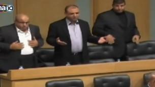 لقطة شاشة من تقرير في القناة 10 عن وقوف البرلمان الأردني في 19 يوليو، 2014، دقيقة صمت على روحي منفذي هجوم فلسطينيين قتلا 5 أشخاص في إعتداء وقع في كنيس في القدس في 18 نوفبمر، 2014.