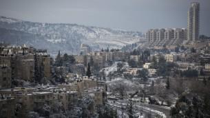 مشهد لحي نايوت في القدس في يوم مثلج، 10 يناير، 2015. (Hadas Parush/Flash90)