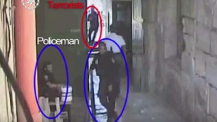 صورة شاشة من تصوير كاميرا مراقبة نشرته الشرطة في 14 يوليو 2017، يظهر بداية هجوم اطلاق النار في الحرم القدسي الذي راح ضحيته شرطيان (Israel Police)