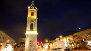 صورة ليليلة لبرج الساعة عند مدخل مدينة يافا، 30 يونيو، 2008. (Miriam Alster/Flash90)