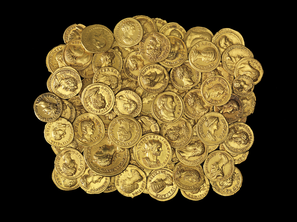 عملات نقدية من الذهب من 'وجوه السلطة'، معرض مؤقت لمجموعة فيكتتور أ. أدا في 'متحف إسرائيل' في القدس. (Elie Posner)