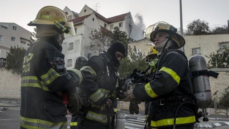 رجال اطفاء فلسطينيين من مدينة جنين في الضفة الغربية، يساعدون في اطفاء حريق في مدينة حيفا في شمال اسرائيل، 25 نوفمبر 2016 (AFP/Jack Guez)
