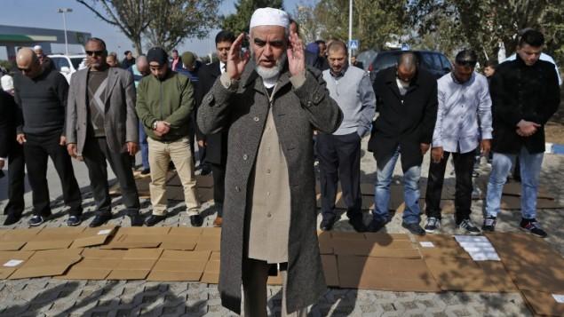 الشيخ رائد صلاح، قائد الفرع الشمالي للحركة الإسلامية في إسرائيل، يشارك في صلاة مع مناصرين في أم الفحم بعد إطلاق سراحه من السجن، 17 يناير، 2017. (AFP Photo/Ahmad Gharabli)