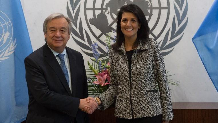 امين عام الامم المتحدة انتونيو غوتيريش يصافح السفيرة الامريكية الى الامم المتحدة نيكي هايلي في مقر الامم المتحدة في نيويورك، 27 يناير 2017 (AFP/Bryan R. Smith)