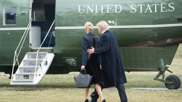 هذه الصورة تم التقاطها في 1 فبراير، 2017 ويظهر فيها الرئيس الأمريكي دونالد ترامب وابنته ايفانكا وهما يسيران باتجاه مروحية 'مارين وان' الرئاسية في البيت الأبيض، العاصمة واشنطن. (AFP PHOTO / NICHOLAS KAMM)