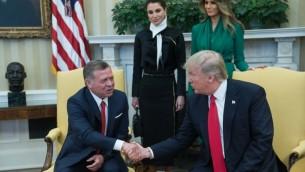 الرئيس الأمريكي دونالد ترامب (من اليمين) يصافح الملك الأردني عبد الله الثاني في المكتب البيضاوي، وتقف وراءهما السيدة الأولى ميلانيا ترامب والملكة رانيا. 5 أبريل، 2017.(AFP/Nicholas Kamm)