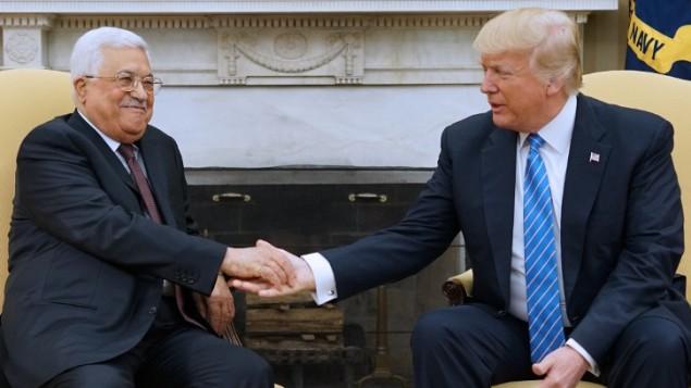 الرئيس الأمريكي دونالد ترامب يلتقي رئيس السلطة الفلسطينية محمود عباس في المكتب الرئاسي للبيت الأبيض في 3 مايو / أيار 2017. (AFP/Mandel Ngan)