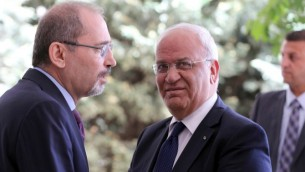 يستقبل وزير الخارجية الأردني أيمن الصفدي كبير المفاوضين والأمين العام لمنظمة التحرير الفلسطينية صائب عريقات لدى وصوله إلى وزارة الخارجية في العاصمة الأردنية عمان في 14 مايو / أيار 2017. (AFP PHOTO / Khalil MAZRAAWI)