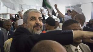 الزعيم السياسي لحركة حماس انذاك، خالد مشعل، في حشد للحزب الوطني الأفريقي لتكريم حماس في كيب تاون، جنوب أفريقيا، 21 أكتوبر / تشرين الأول 2015.