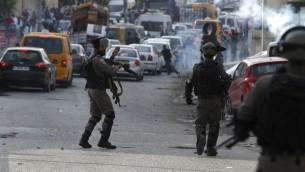 القوات الإسرائيلية في اشتباكات مع محتجين فلسطينيين عند حاجز قلقيلية في الضفة الغربية، 23 يوليو، 2017. (AFP Photo/Abbas Momani)