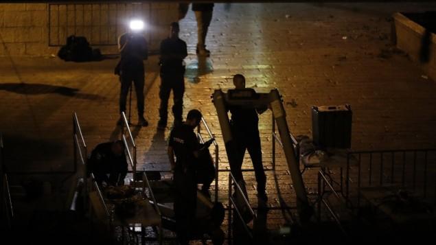 قوات الأمن الإسرائيلية تزيل أجهزة البوابات الالكترونية خارج بوابة الأسباط في القدس القديمة في 24 يوليو / تموز 2017. (AFP Photo/Ahmad Gharabli)