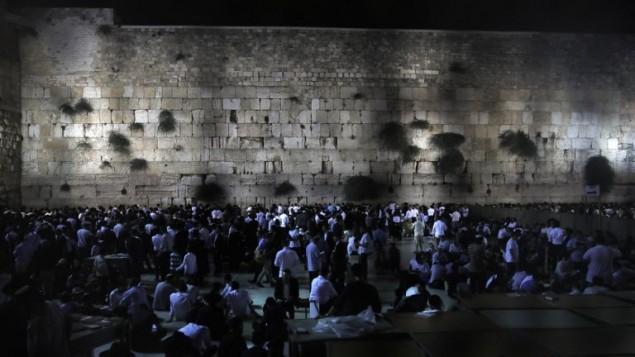 رجال يهود يصلون في حائط المبكى في ذكرى دمار الهيكلين، 31 يوليو 2017 (AFP Photo/Menahem Kahana)
