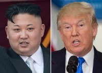 صورة في 15 أبريل 2017 لزعيم كوريا الشمالية كيم جونغ أون على شرفة دار الشعب الكبيرة عقب عرض عسكري في بيونغيانغ وصورة في 19 يوليو 2017 للرئيس الأمريكي دونالد ترامب يتحدث خلال الاجتماع الأول للجنة الاستشارية الرئاسية بشأن نزاهة الانتخابات في واشنطن العاصمة. من عدة نواحي، لا يمكن أن يتفق الزعيمان في موضوع الصواريخ بين كوريا الشمالية والولايات المتحدة ولكن في حالات أخرى، فإنهم متشابهون بشكل مذهل. (AFP PHOTO / SAUL LOEB AND Ed JONES)