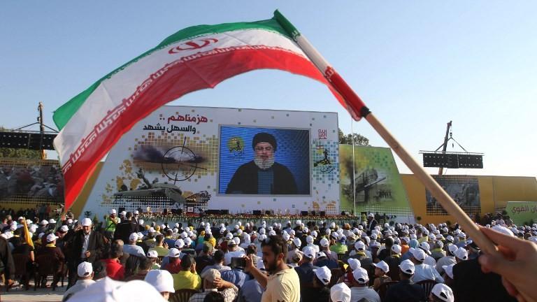 انصار تنظيم حزب الله اللبناني يشاهدون خطاب لأمين عام التنظيم، حسن نصرالله، في الذكرى الحادية عشر لانتهاء حرب عام 2006 مع اسرائيل، في بلدة خيام في جنوب لبنان، 13 اغسطس 2017 (AFP/Mahmoud ZAYYAT)
