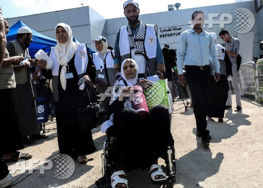 وصول حجاج فلسطينيون الى معبر رفح الحدودي بين مصر وجنوب قطاع غزة في 14 اب / اغسطس 2017 قبيل رحيلهم الى الحج في مكة المكرمة. (SAID KHATIB / AFP)
