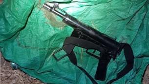 سلاح رشاش من طراز 'كارلو' تمت مصادرته من قبل الجيش الإسرائيلي في قرية يطا، 14 أغسطس، 2017 . (الجيش الإسرائيلي)