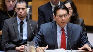 سفير إسرائيل لدى الأمم المتحدة داني دانون يتحدث أمام مجلس الأمن الدولي في 25 يوليو / تموز 2017، بينما يجلس ضحية الإرهاب اوران ألموغ خلفه. (UN Photo/Manuel Elias via Israel's mission to the UN)
