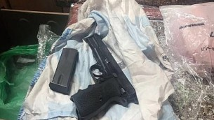 مسدس عثر عليه جنود خلال مداهمات في الضفة الغربية، 31 اغسطس 2017 (Israel Defense Forces)