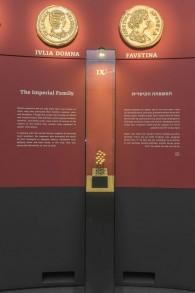 واجهة تُصور العائلة الإمبراطورية في 'وجوه السلطة'، معرض مؤقت لمجموعة فيكتتور أ. أدا في 'متحف إسرائيل' في القدس. (Elie Posner)