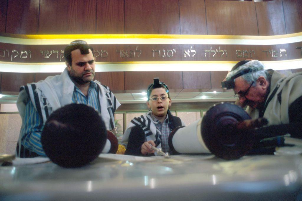 صورة للتوضيح: طفل يهودي يقرأ من التوراة في حفل 'البار ميتسفاه' الخاص به في كنيس 'نجمة داوود' في كاراكاس، فنزويلا، 1 يناير، 2005. (Serge Attal/Flash90)