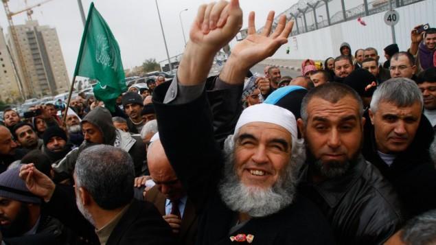 زعيم الحركة الإسلامية، الشيخ رائد صلاح، من أمام سجن الرملة بعد إطلاق سراحه، الأحد، 12 ديسمبر، 2010. (Uri Lenz/Flash90)