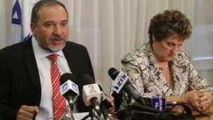 رئيس حزب 'إسرائيل بينا' أفيغدور ليبرمان يعقد مؤتمرا صحفيا إلى جانب زميلته في الحزب فاينا كيرشنباوم، 20 يوليو، 2011. (Miriam Alster/Flash90)