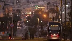 القطار الخفيف في القدس، الذي يصل بين طرفي المدينة الشرقي والغربي. (photo credit: Nati Shohat/Flash90)