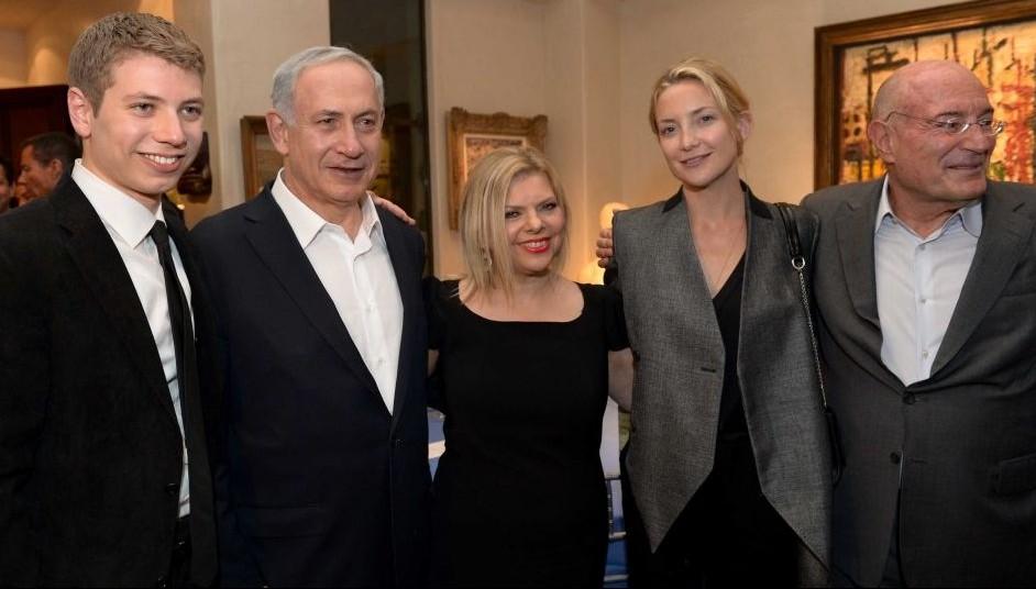 رئيس الوزراء بنيامين نتنياهو، زوجته سارة، وابنهما يئير مع الممثلة كايت هدسون خلال حدث عُقد في منزل المنتج ارنون ميلشان (يمين)، 6 مارس 2014 (Avi Ohayon/GPO/Flash90)
