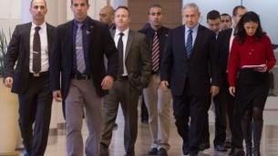 """رئيس الوزراء بينيامين نتنياهو برفقة رئيس طاقمة السابق آري هارو عند وصوله إلى إجتماع فصيل """"الليكود"""" في الكنيست الإسرائيلي، 24 نوفمبر، 2014. (Miriam Alster/Flash90)"""