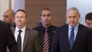 رئيس الوزراء بينيامين نتنياهو، من اليمين، ورئيس طاقم موظفيه آري هارو يصلان إلى اجتماع حزب 'الليكود' في الكنيست، 24 نوفمبر، 2014. (Miriam Alster/Flash90)