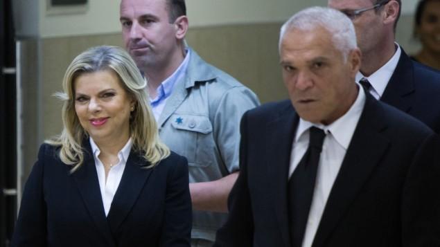 سارة نتنياهو، زوجة رئيس الوزراء بنيامين نتنياهو، الى جانب محاميها يوسي كوهن في محكمة العمل في القدس، 29 اكتوبر 2015 (Yonatan Sindel/Flash90)