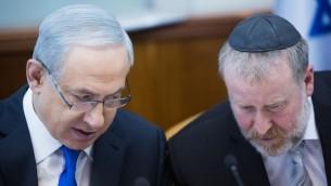 رئيس الوزراء بينيامين نتنياهو، من اليسار، وسكرتير الحكومة حينذاك أفيحاي ماندلبليت خلال الجلسة الأسبوعية للحكومة في القدس، 20 ديسمبر، 2015. (Yonatan Sindel/Flash90)