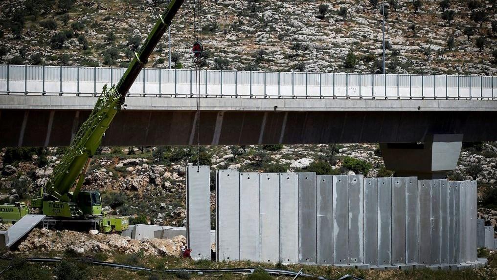 صورة توضيحية: رافعات اسرائيلية تبني اجزاء من الجدار الامني بالقرب من بيت جالا في الضفة الغربية، 17 ابريل 2016 (Wisam Hashlamoun/FLASH90)