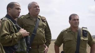 رئيس هيئة اركان الجيش غادي ايزنكوت، وسط، يزور قسم غزة مع العقيد يعكوف دوليف وقائد قيادة الجنوب الجنرال ايال زمير، 30 اغسطس 2016 (IDF Spokesperson)