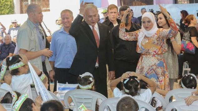 رئيس الوزراء بنيامين نتنياهو يرحب بطلاب الصف الأول الجدد في بداية العام الدراسي في مدينة طمرة العربية، في 1 سبتمبر 2016. (Flash90)