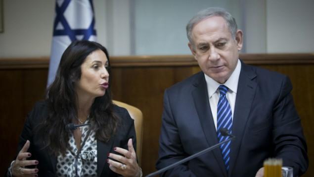 رئيس الوزراء بينيامين نتنياهو ووزير الثقافة والرياضة ميري ريغيف (من اليسار) يشاركان في جلسة الحكومة في القدس، 11 ديسمبر، 2016. (Yonatan Sindel/Flash90)