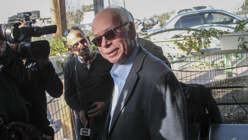 عاموس ريغيف، رئيس تحرير صحيفة يسرائيل هايوم حينها، يصل للتحقيق في الشرطة ضمن القضية 2000، 17 يناير 2017 (Roy Alima/Flash90)