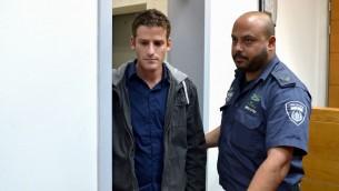 يائير كاتس (من اليسار)، نجل وزير الرفاه الاجتماعي حاييم كاتس (الليكود)، في جلسة لتمديد اعتقاله في محكمة الصلحة في ريشون لتسيون، 22 مارس، 2017. (Flash90)