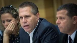 وزير الأمن العام غلعاد إردان يشارك في جلسة في الكنيست، 17 مايو، 2017. (Yonatan Sindel/Flash90)
