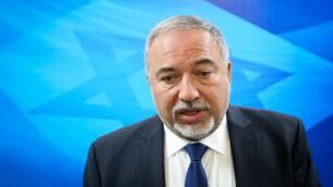 وزير الدفاع أفيغدور ليبرمان يصل إلى اجتماع مجلس الوزراء الأسبوعي في مكتب رئيس الوزراء في القدس في 11 يونيو 2017. (Marc Israel Sellem/Flash90)