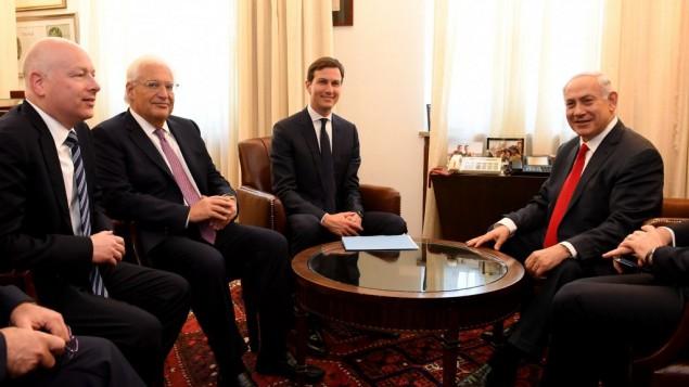 السفير الأمريكي لدى إسرائيل ديفيد فريدمان (الثاني من اليسار) والمبعوثين الخاصين للرئيس الأمريكي دونالد ترامب، جاريد كوشنر (من اليسار) وجيسون غرينبلات (من اليمين) خلال لقاء مع رئيس الوزراء بينيامين نتنياهو في ديوان رئيس الوزراء في القدس، 21 يونيو، 2017. (Matty Stern/US Embassy Tel Aviv)