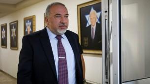 وزير الدفاع أفيغدور ليبرمان يصل إلى الجلسة الأسبوعية للحكومة في مكتب رئيس الوزراء في القدس، 25 يونيو، 2017. (Marc Israel Sellem/Pool/Flash90)