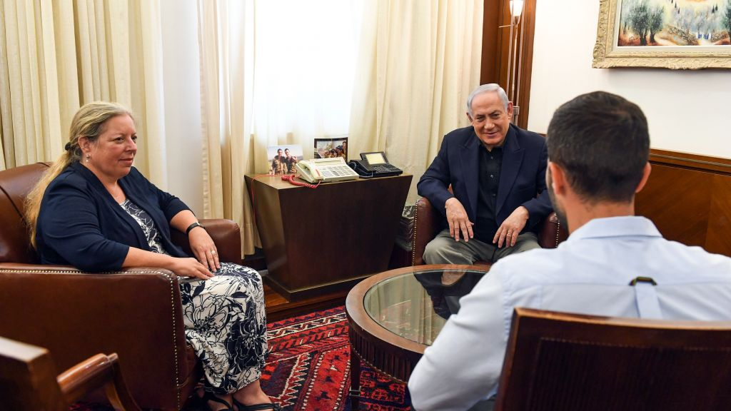 رئيس الوزراء بينيامين نتنياهو يلتقي بحارس الأمن زيف مويال (من اليمين) وسفيرة إسرائيل لدى الأردن عينات شلاين (من اليسار)، في ديوان رئيس الوزراء في القدس، 25 يوليو، 2017. (Haim Zach/GPO)