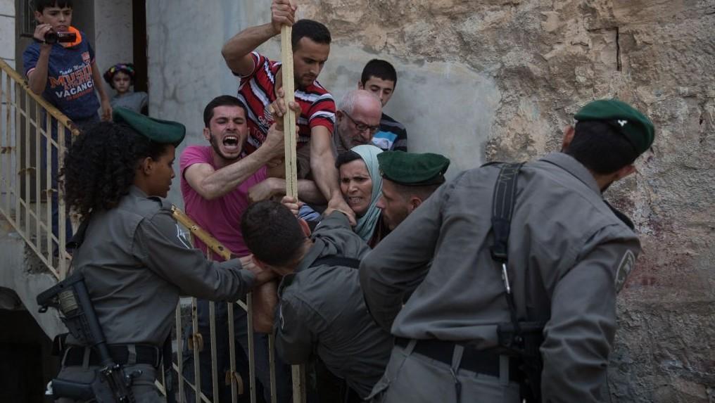 """جنود إسرائيليون يشتبكون مع فلسطينيين خارج 'بيت الماخلبيلا"""" في مدينة الخليل في الضفة الغربية، 26 أغسطس، 2017. (Hadas Parush/Flash90)"""