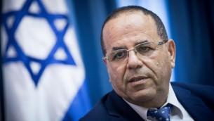 وزير الاتصالات ايوب قرا يتحدث خلال مؤتمر صحفي عن خطوة وزارة الاتصالات لإغلاق مكاتب الجزيرة في القدس، 6 اغسطس 2017 (Yonatan Sindel/Flash90)