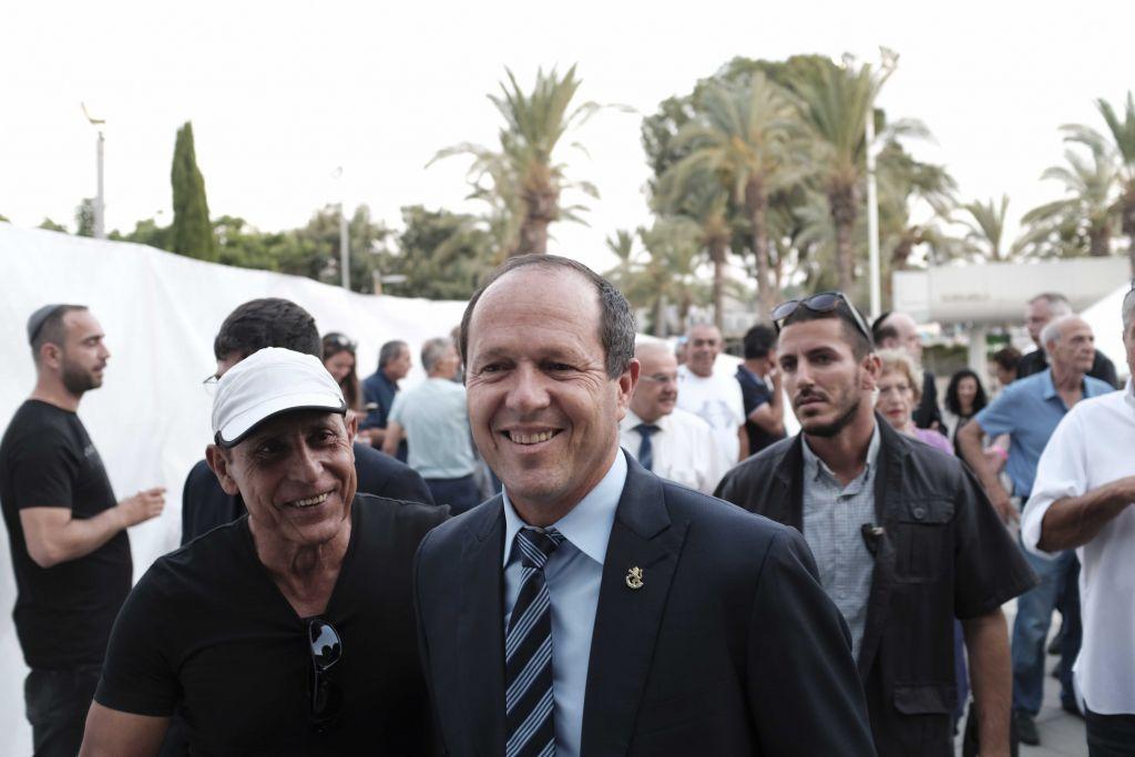 رئيس بلدية القدس نير بركات خلال مظاهرة دعم لرئيس الوزراء بنيامين نتنياهو في تل ابيب، 9 اغسطس 2017 (Tomer Neuberg/Flash90)
