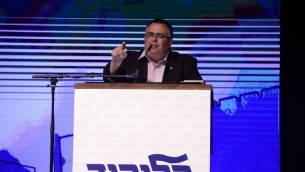 رئيس الائتلاف دافيد بيتان من حزب الليكود، يتحدث خلال مظاهرة دعم لرئيس الوزراء بنيامين نتنياهو في تل ابيب، 9 اغسطس 2017 (Tomer Neuberg/Flash90)