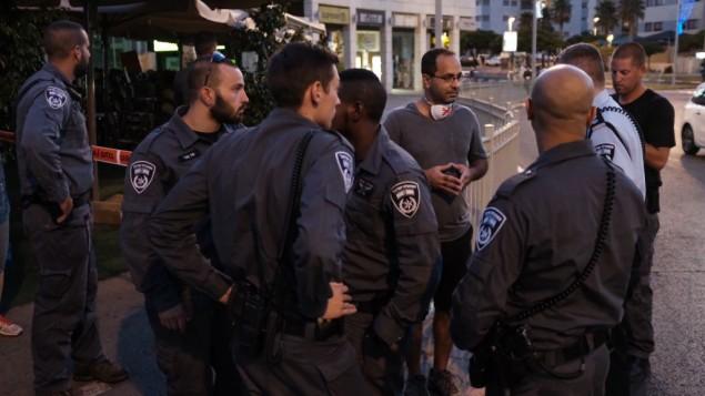 الشرطة تمنع المتظاهرين من المشاركة في المظاهرة الأسبوعية ضد الفساد في الحكومة في بيتح تيكفا، 19 أغسطس، 2017. (Tomer Neuberg/Flash90)
