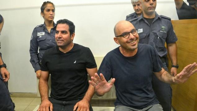 ميني نفتالي وإلداد يانيف يصلان إلى قاعة محكمة الصلح في بيتح تيكفا، 20 أغسطس، 2017. (Roy Alima/Flash90)